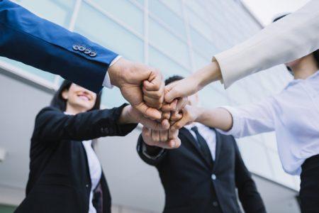 conceito-de-trabalho-em-equipe-com-pessoas-de-negocios